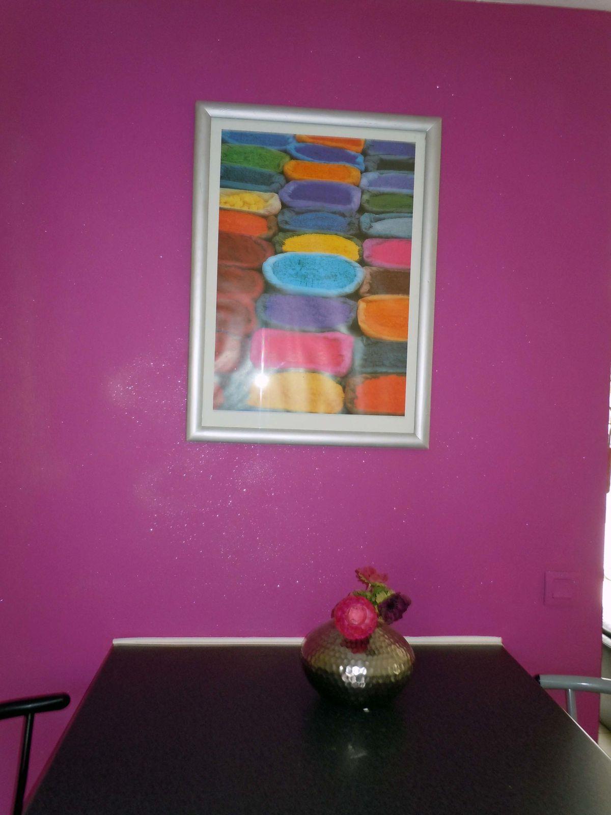 Avant que la peinture ne sois sèche je projette les paillettes sur le mur rose.