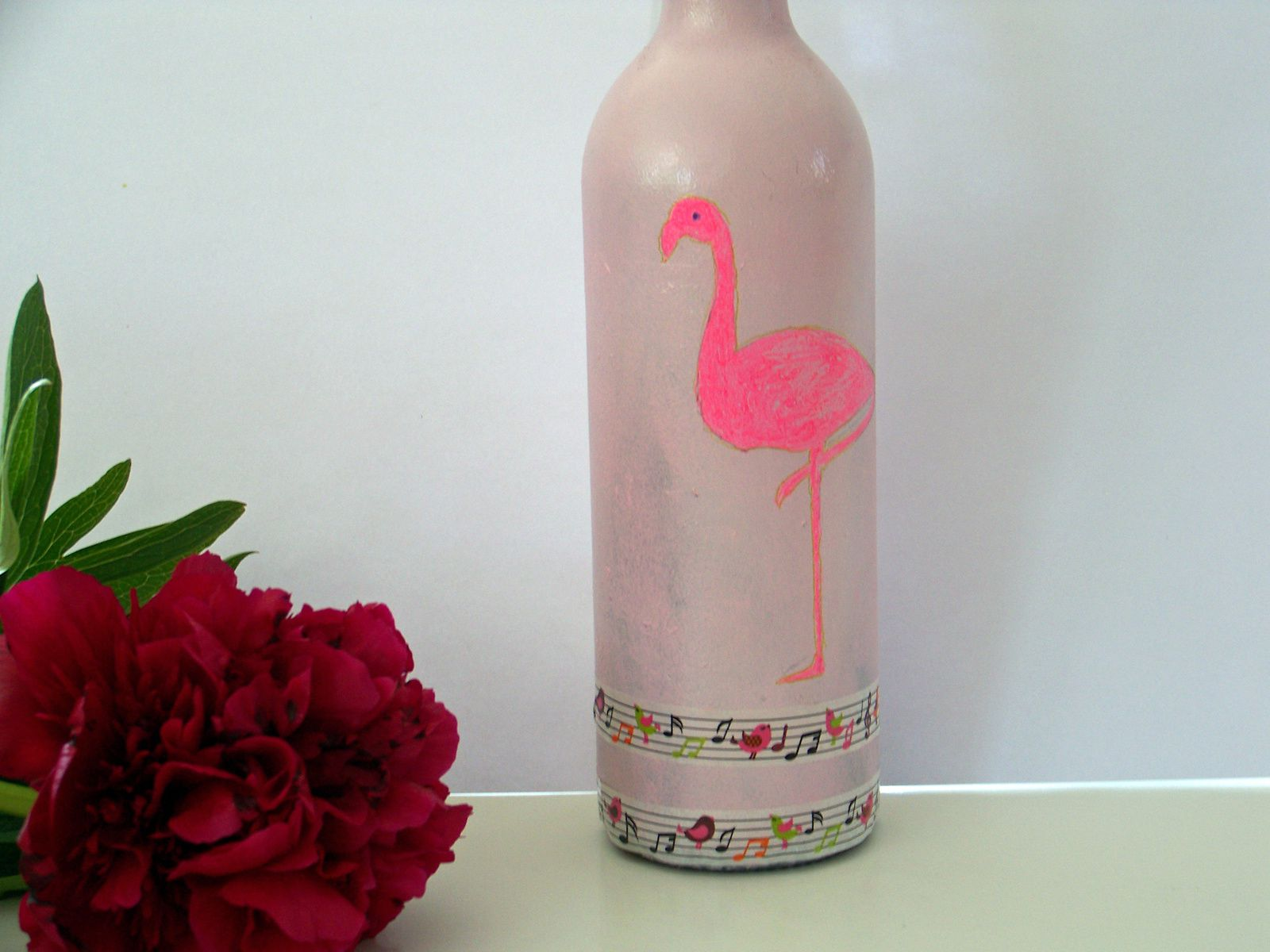 Flamand rose sur vase improvisé