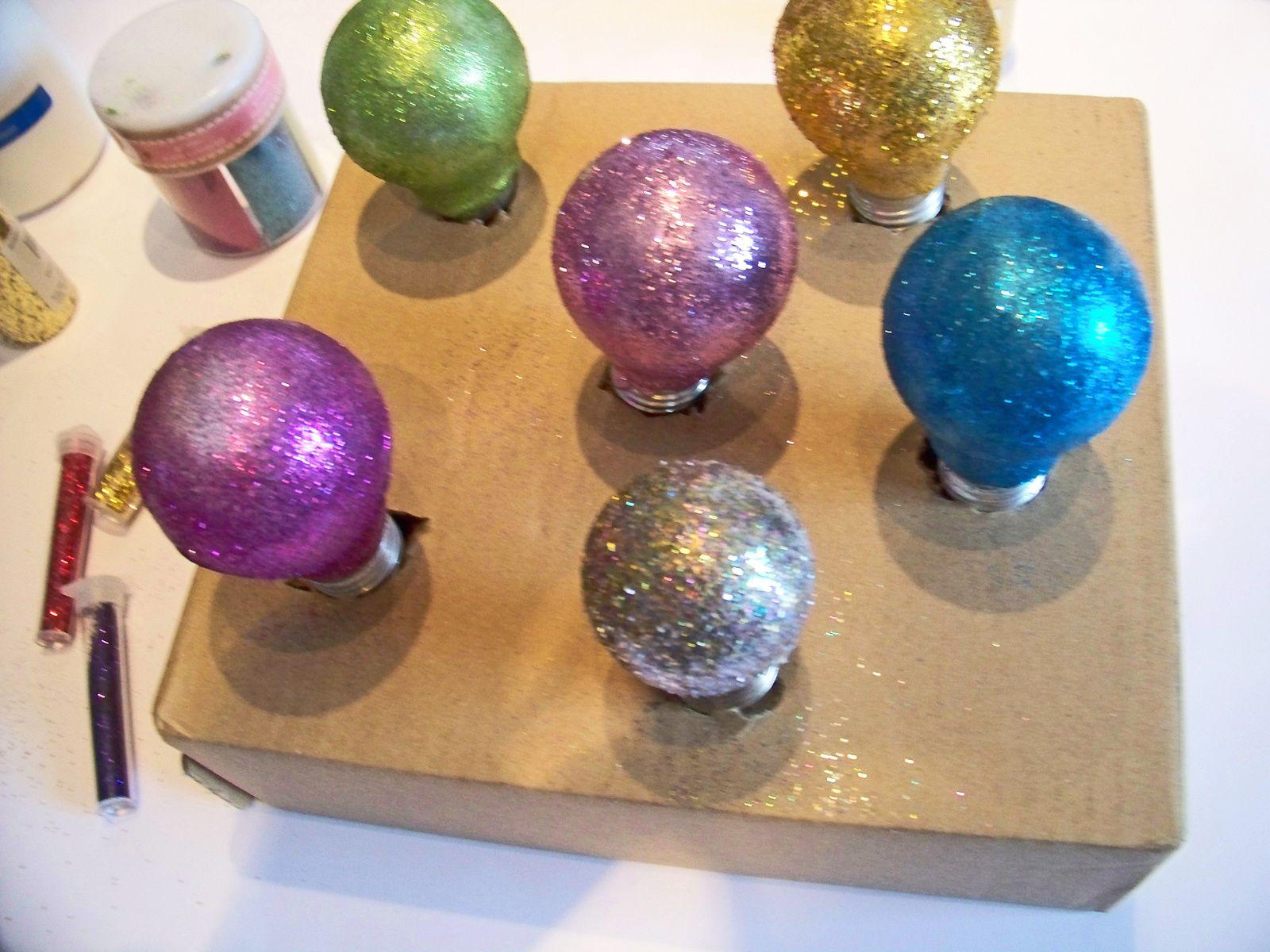 Des ampoules à paillettes pour  une déco de noël home made