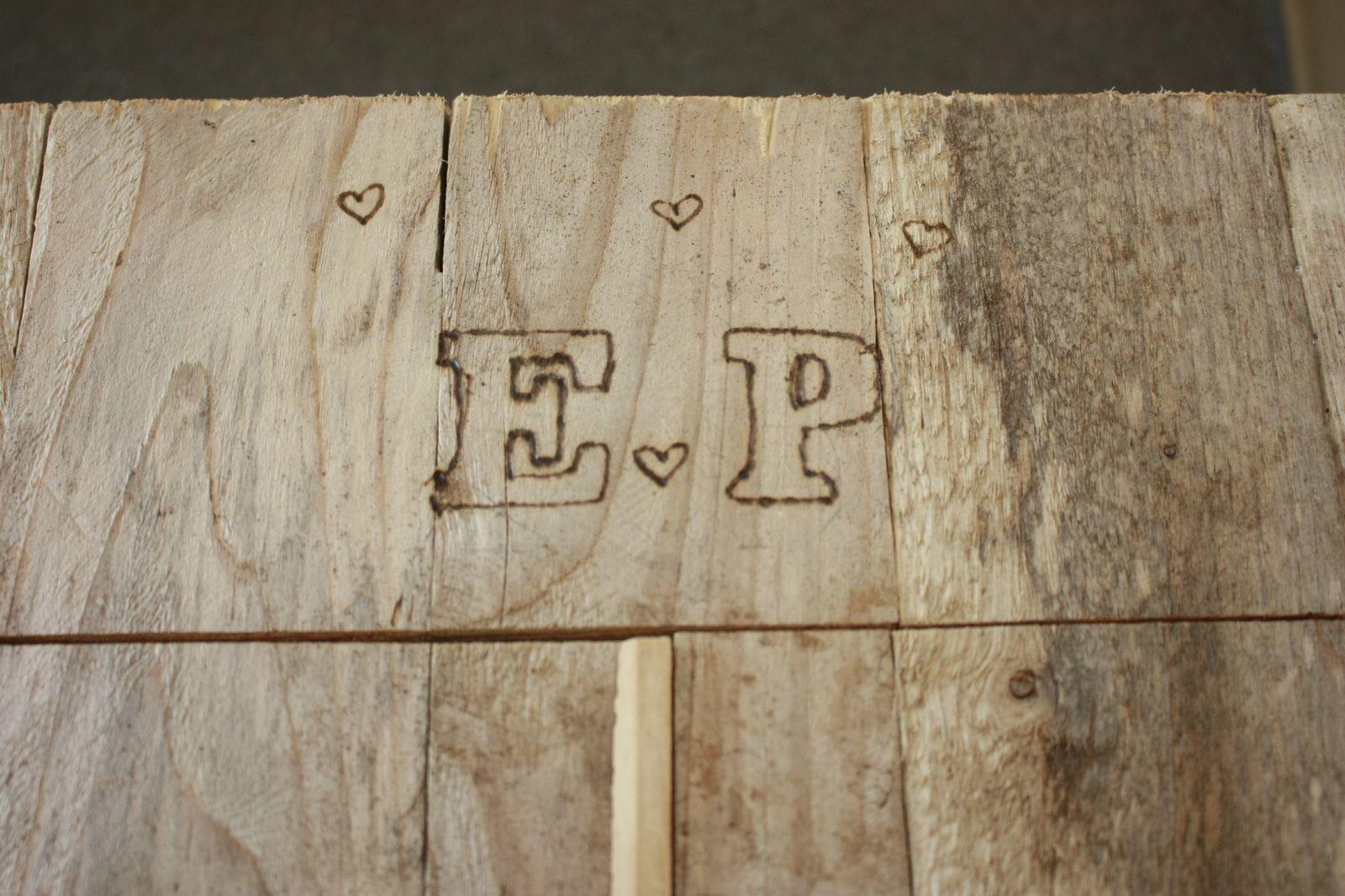 Cabane en bois et mousse 100% récup pour une urne  champêtre  !
