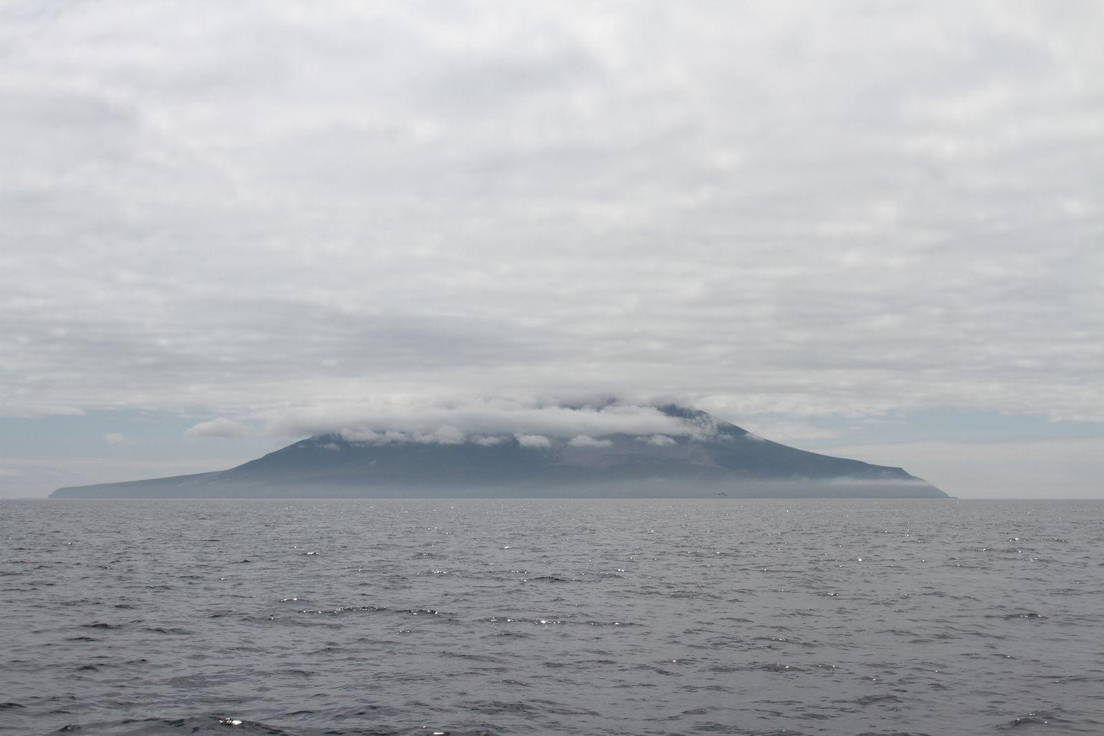 Plus on descend, plus le temps se gâte, l'île Kharimkotan voilée de nuages.