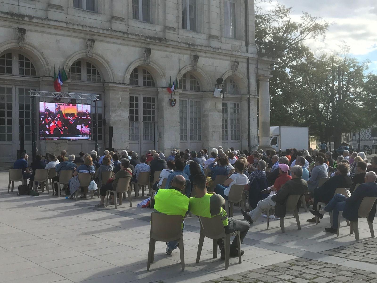 - Environ deux cents personnes ont assisté à ce conseil municipal grâce à un grand écran installé devant l'ancienne mairie, sur la place Étienne-Dolet.