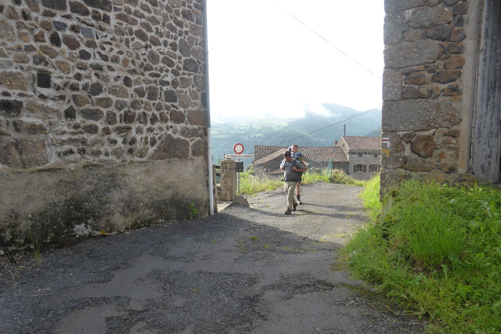 Escluzels, arrivée dans le village après la montée, nous faisons une petite halte, avant de reprendre la route, le paysage est magnifique avec un champ de coquelicot durant notre prochaine montée.