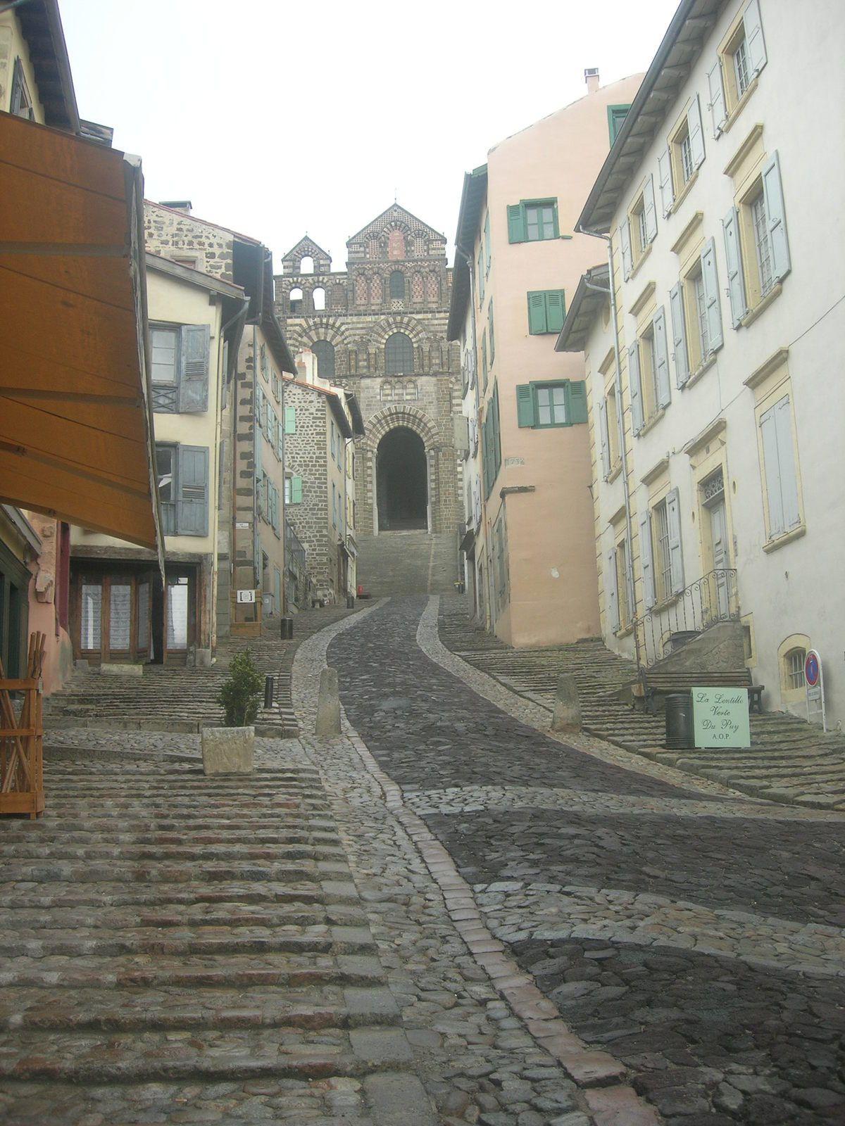 Arrivée au Puy-en-Velay le 1er jour et orageux dès l'arrivée, mais pas de marche aujourd'hui, uniquement visite de la ville et dépose des sacs-à-dos dans notre gîte d'étape.