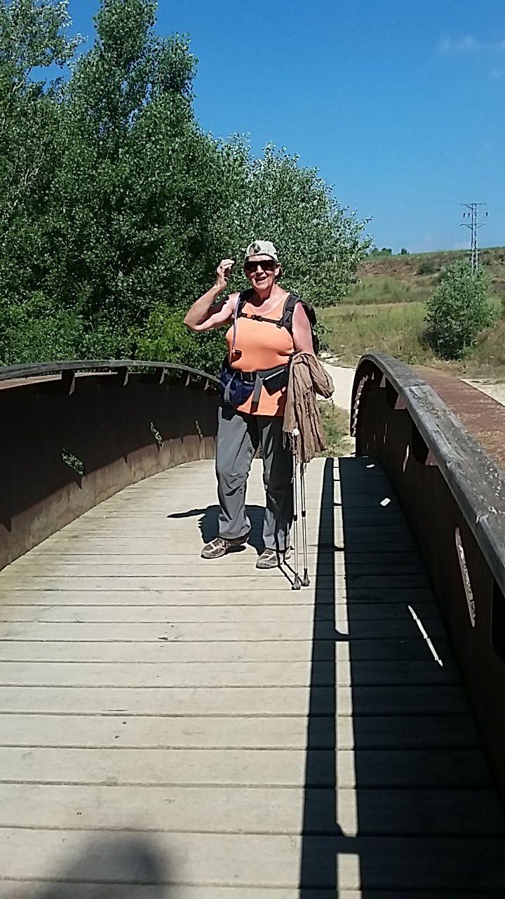 Nous passons le rio Ega sur un ponton en bois, puis entrons dans Estella.