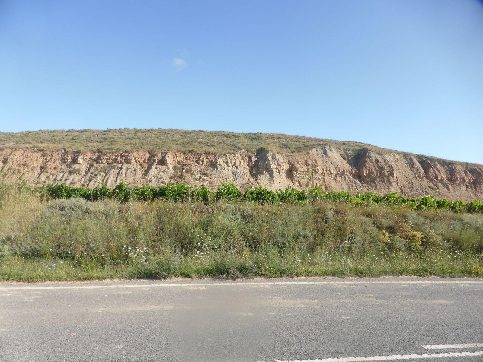 Notre journée de marche nous mènent aujourd'hui à Logrono, mais d'abord direction Viana où durant notre chemin nous rencontrons des pyramides de pierre que certains pèlerins s'empressent de construire. Le temps est toujours au beau fixe avec une légère fraîcheur le matin.