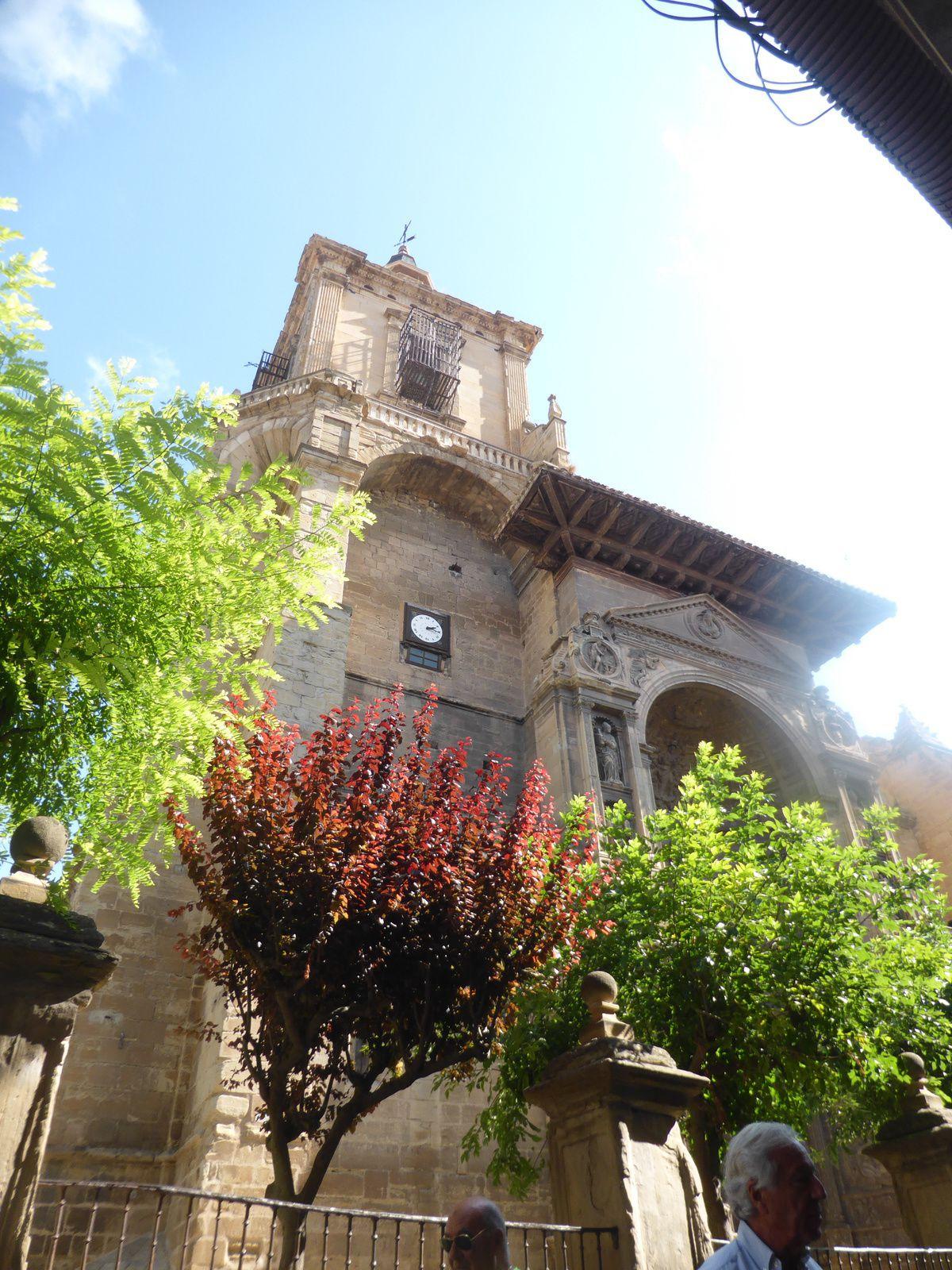 Nous voilà à Vianna où nous faisons halte devant l'imposante église de Santa Maria construite entre 1250 et 1312.