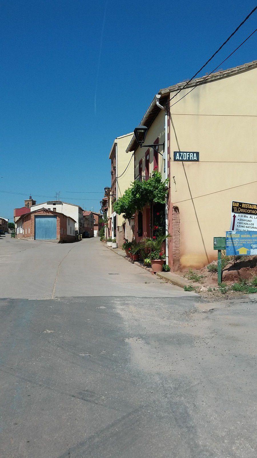 Dans Azofra, nous nous dirigeons vers l'albergue municipale qui est très bien car elle propose des box de 2 personnes, un coin cuisine et de quoi se reposer.