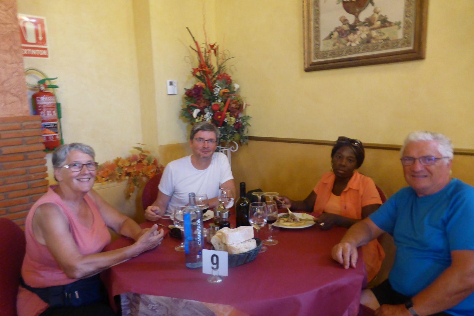 Nous sommes au repos et au repas dans l'Hôtel Restaurant Albergue San Anton Abad, un lieu fort sympathique, même pour les pèlerins, la carte du menu est en français et ça nous aide bien. Tous à table, mais fatigués.