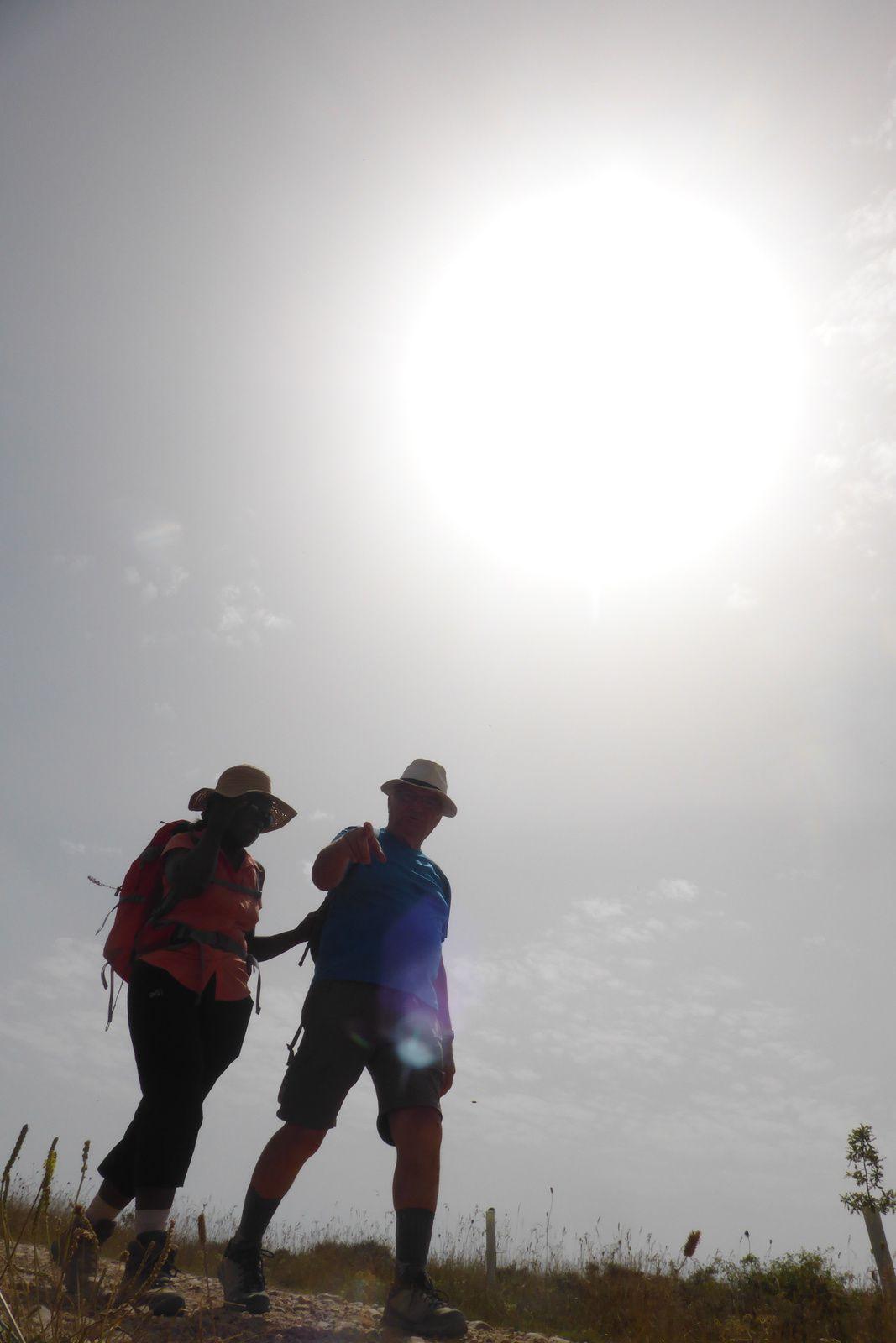 Bernard qui guide Pascaline, lui dit: Tiens voilà encore le photographe couché au sol faisant une photo vers le soleil.