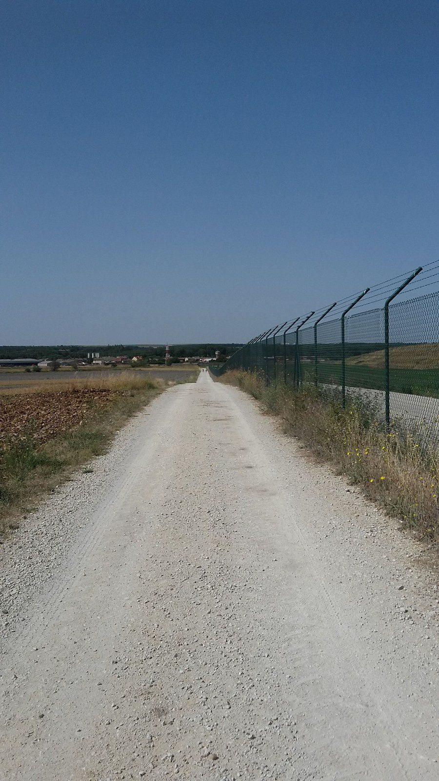 Le sentier longeant l'aéroport est très long, et nous sommes rarement dérangés par les avions qui ne décolle pas très souvent...