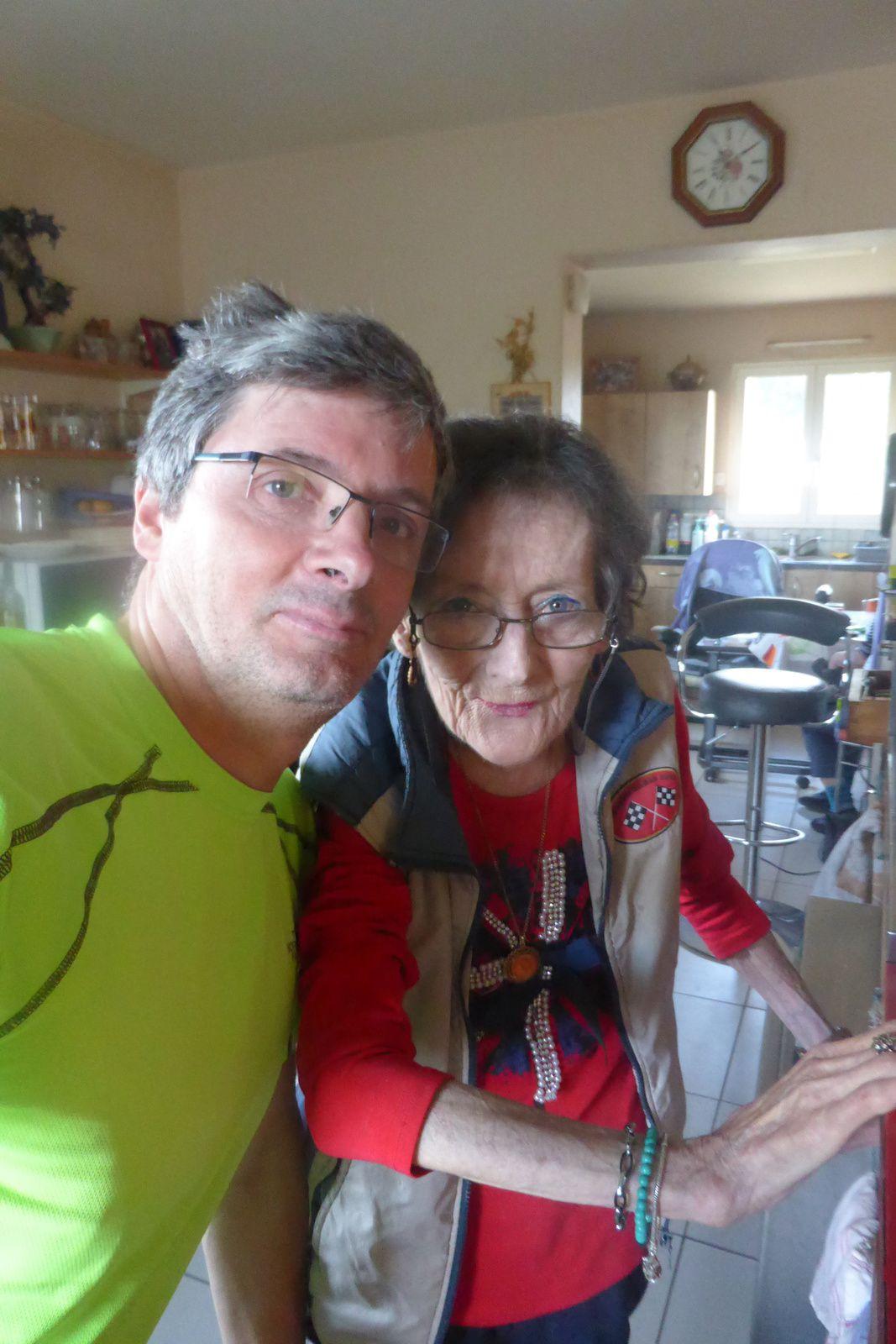 """Photo souvenir de moi et de Régine qui tiens au lieu-dit """"les Quatre Chemins"""" un café. Régine est une figure du chemin, un personnage, un coeur sur le chemin, elle se couperait en quatre pour les pèlerins et ça fait rudement plaisir de la voir car ça fait des années que je la vois et c'est toujours un plaisir de venir ici."""