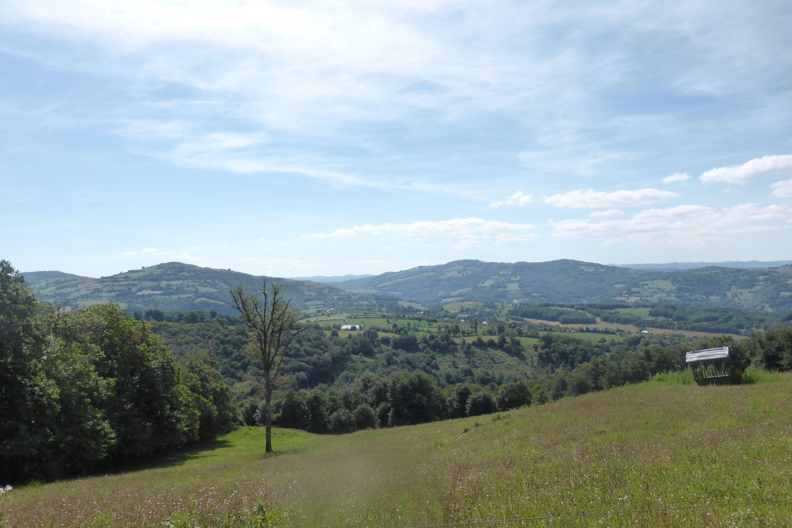 La descente est très agréable avec des paysages grandioses, l'Aveyron offre de beaux moments partout où l'on passe. Sylvie et Emeric sont ravis de cette descente qui n'en finit pas !