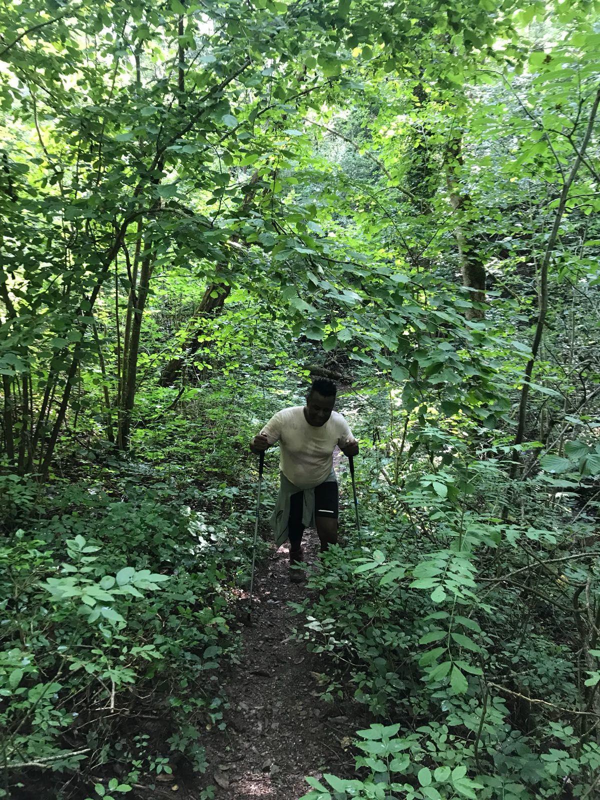 Après le petit cours d'eau, nous remontons la pente vers le village de Comes, ce passage est vraiment super, car totalement au calme dans une forêt bien dense, Yann avance sereinement et dans la joie. Emeric un peu plus loin les bras en l'air salue notre avancée.