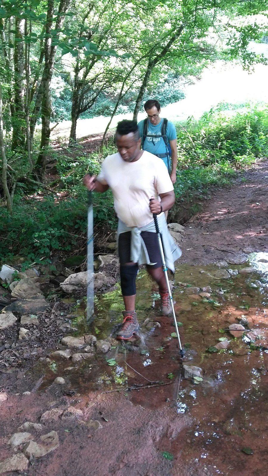 Arrivés en bas de la descente, nous passons un tout petit cours d'eau avant de remonter le sentier vers le village de Comes.