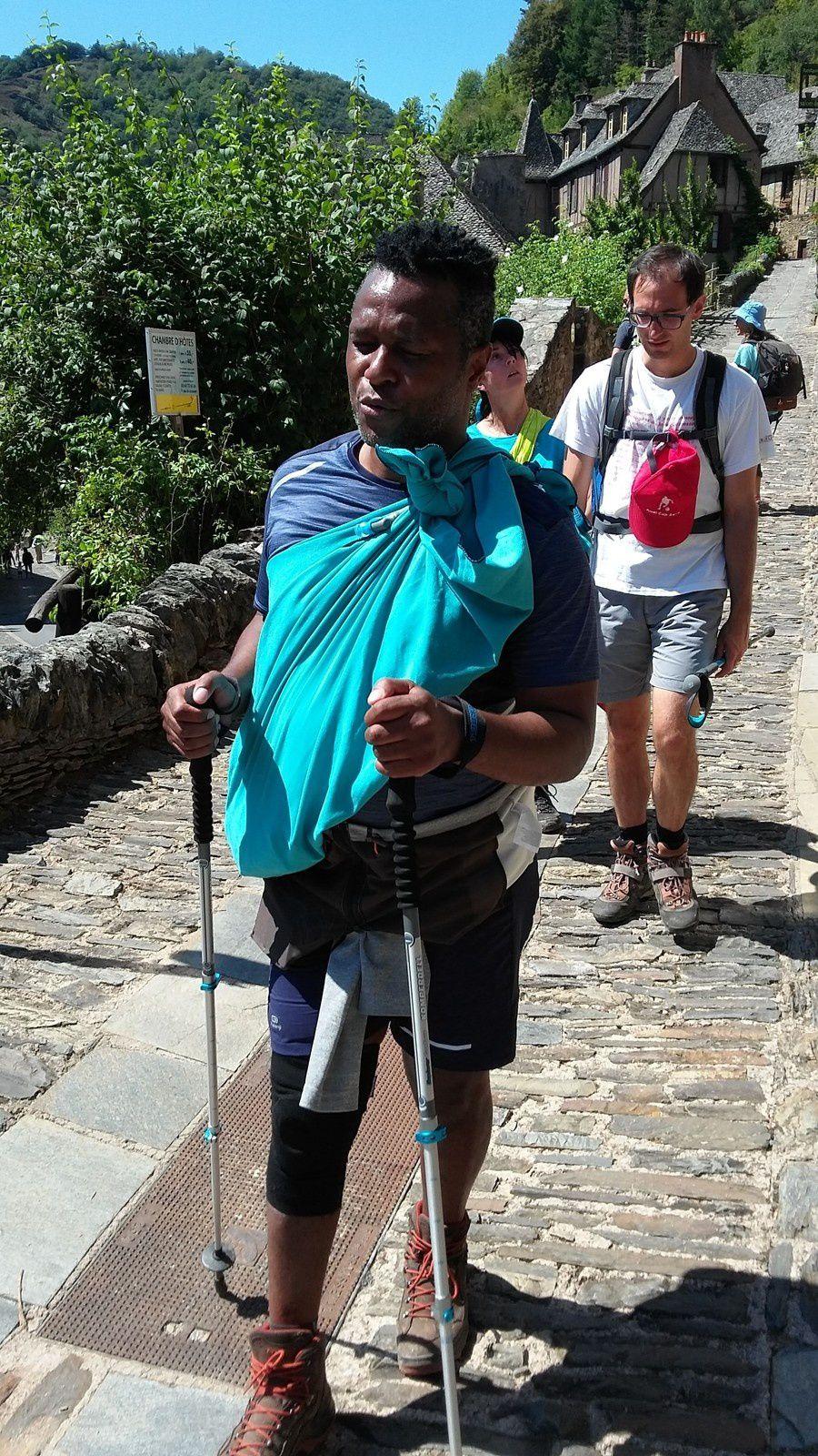 Nous voilà à Conques, dans la descente vers l'Abbaye Sainte-Foy de Conques, nous prenons notre temps pour ressentir, toucher et écouter autour de nous l'environnement qui nous fait oublier notre marche de la journée. La descente de l'escalier se fait prudemment car les marches sont devenus inégales par endroit.