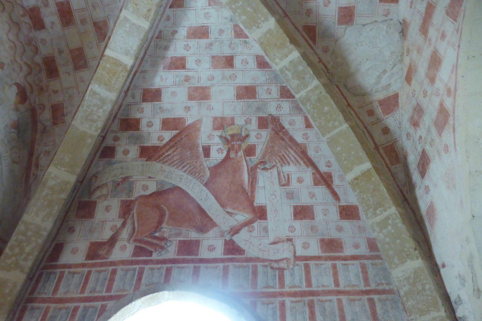 Nous voilà à la chapelle Sainte-Marie Madeleine de Guirande dont la constuction démarra au 12e siècle et se termina au 13e siècle. Belle architecture, peut-être déjà mentionnée dès le 10e siècle dans les dépendances de Conques. Elle est entièrement peinte d'une évocation de la vision d'Ezechiel, le Christ en majesté encadré par le Tétramorphe, accompagnée de deux scènes hagiographiques (martyr de Saint-Namphaise ; ravissement de Marie-Madeleine). Ce décor est daté autour de 1500. On trouve une belle aire de repos en face de la chapelle.