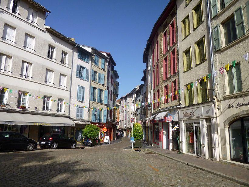 Les vitrines et la ville sont bien décorées pour l'occasion du passage du Tour 2017.