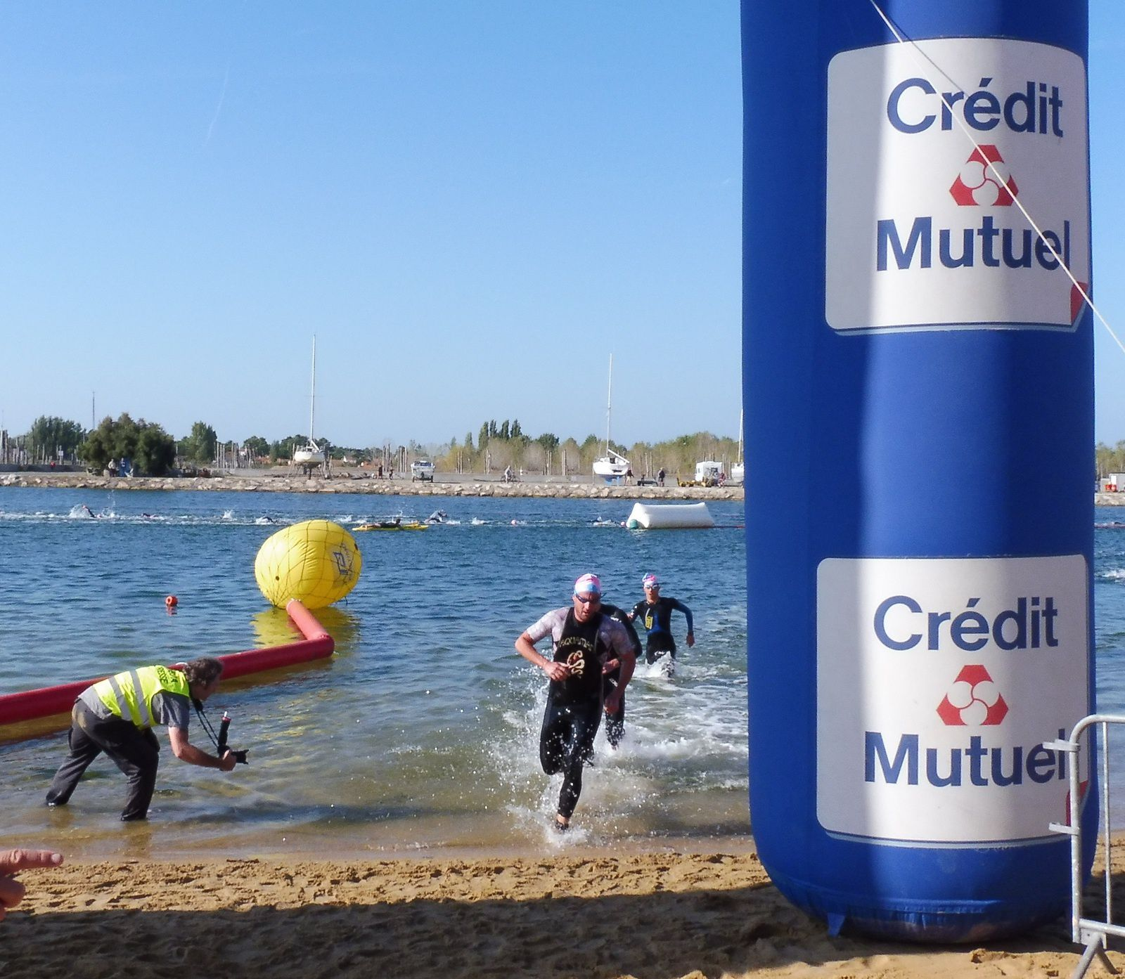 Trois nageurs juste derrière.