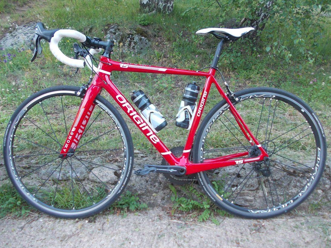 Bernard a un vélo carbone commandé à la carte chez Origine Cycles par internet.