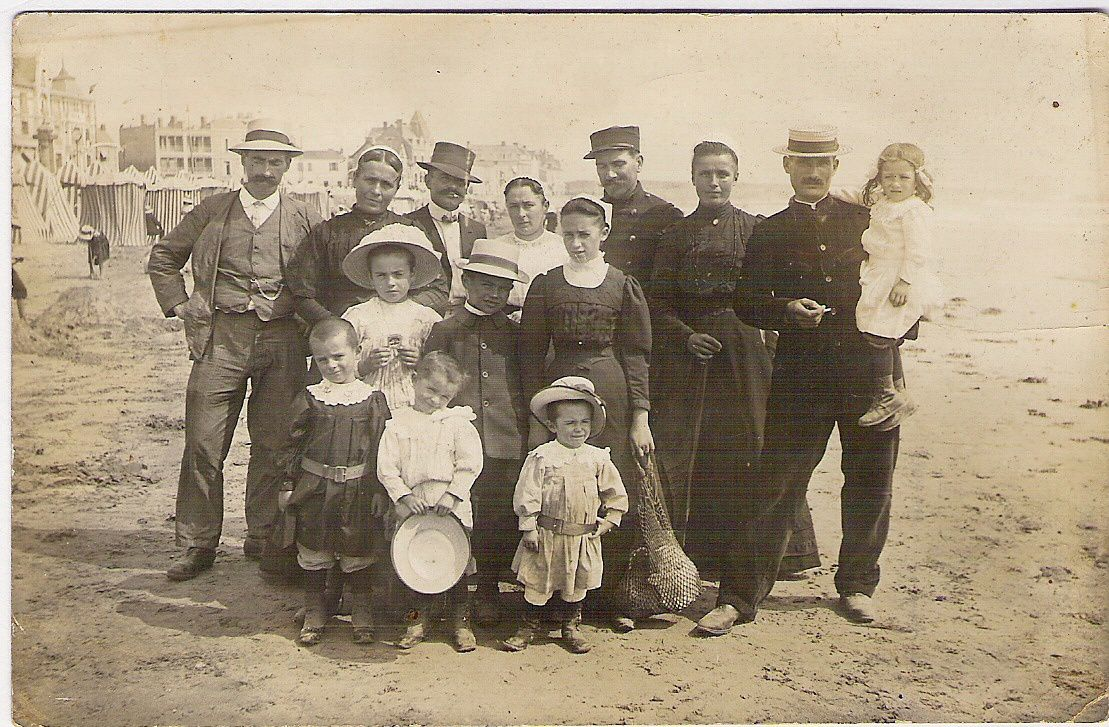 Les Sables d'Olonne en 1915. Eugène est le petit garçon au chapeau blanc  entouré de ses frères et soeurs. Ses parents sont debout à gauche sur la photo.