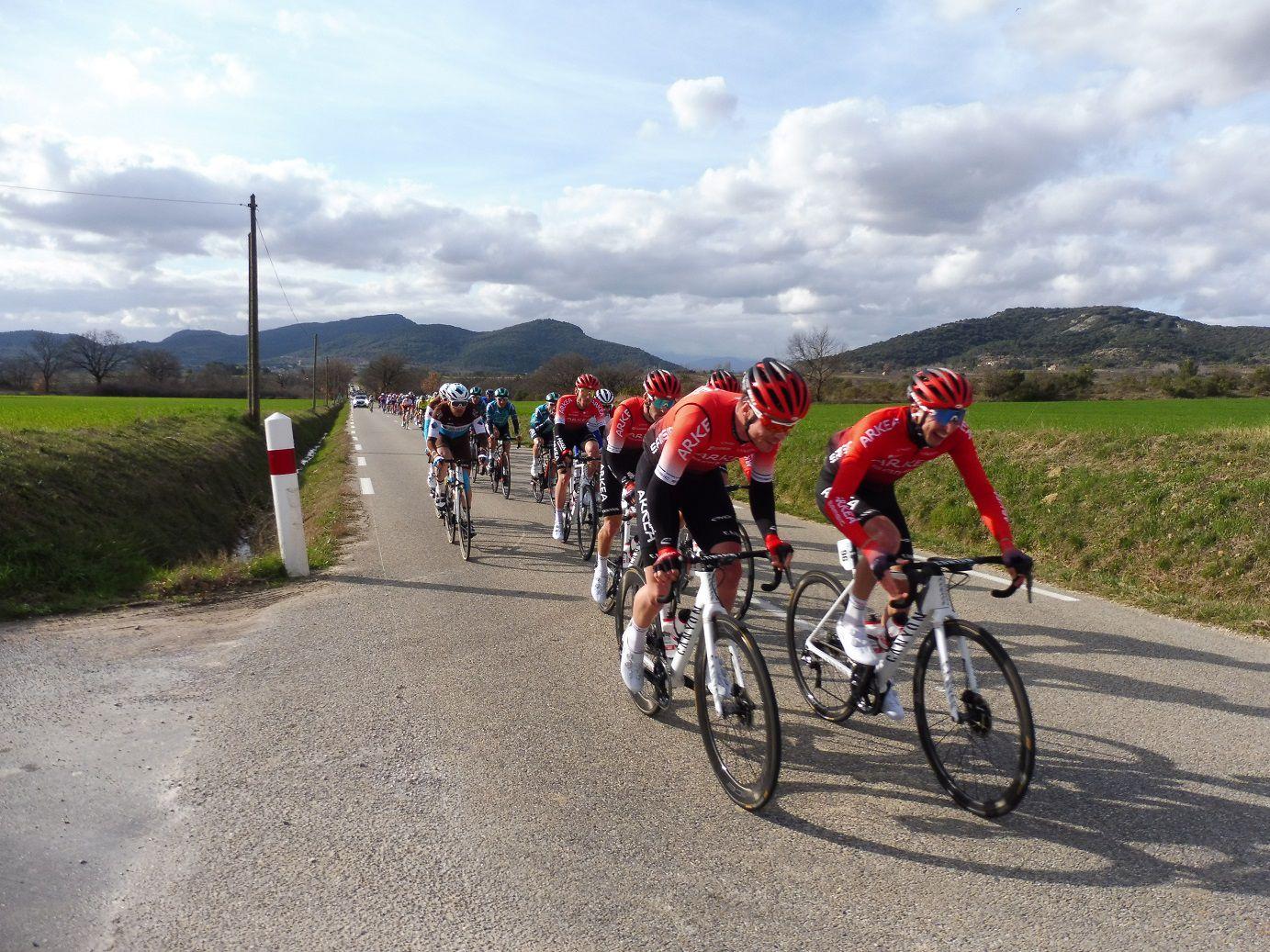 Les échappés dans le beau village de Rochegude, au km 112.