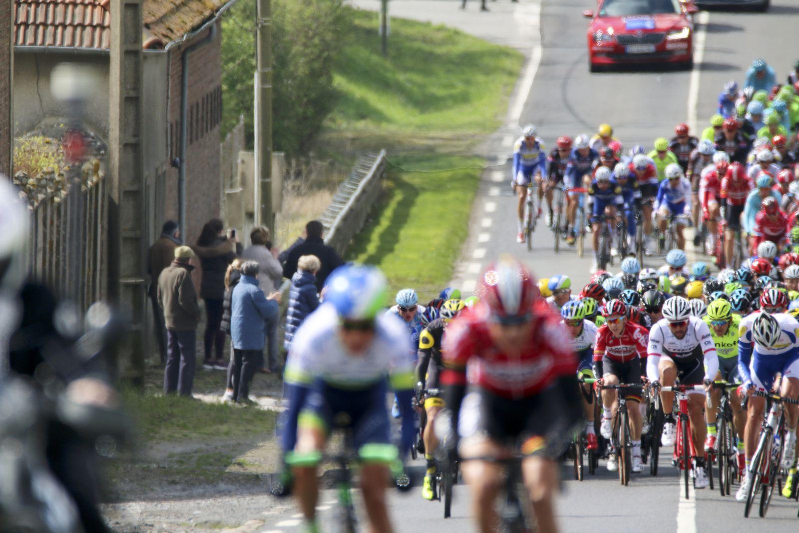 La traversée de Bellecour, les coureurs sont encouragés par le premier magistrat de la commune, entourée des siens !