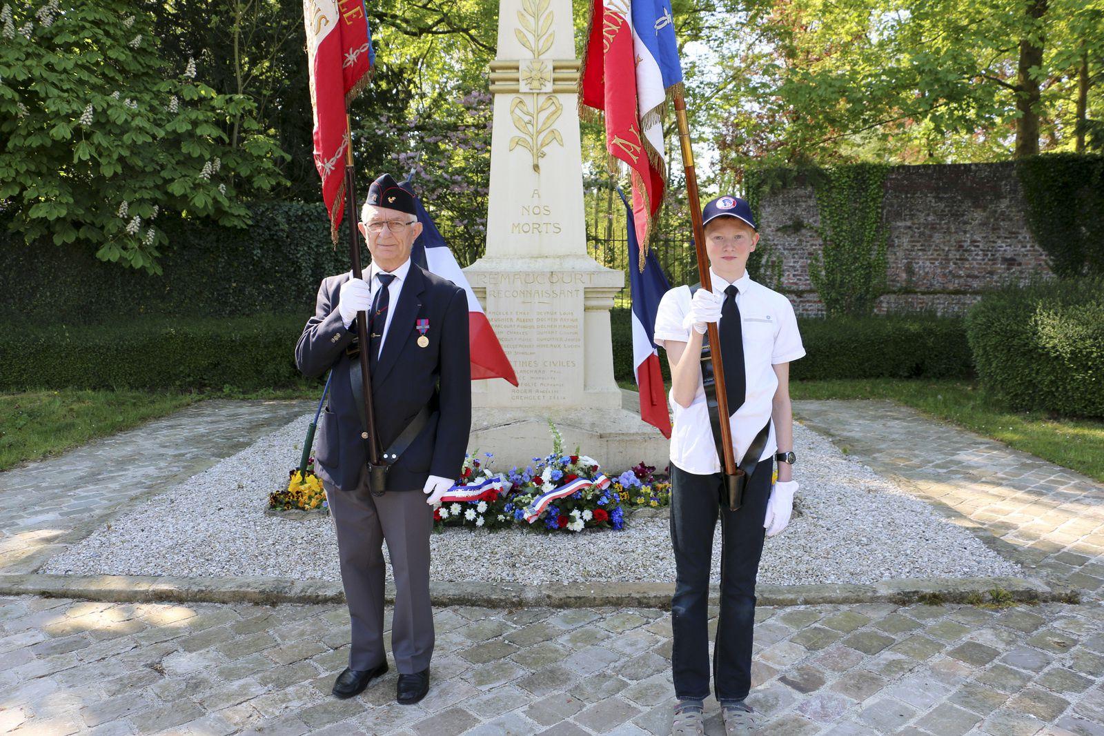 Monsieur Gilbert Wattiau, porte-drapeau dévolu aux communes de Remaucourt, Lesdins et Omissy et le jeune Timéo.