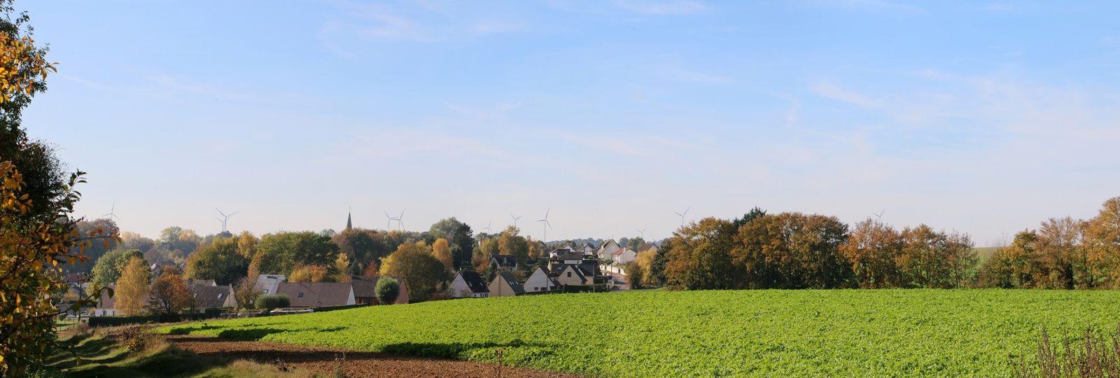 """A déplorer cette pollution visuelle avec ces """"girouettes"""" qui défigurent maintenant le paysage. L'an dernier, une seule éolienne sur le même plan photo, aujourd'hui on en dénombre 11 !!!"""