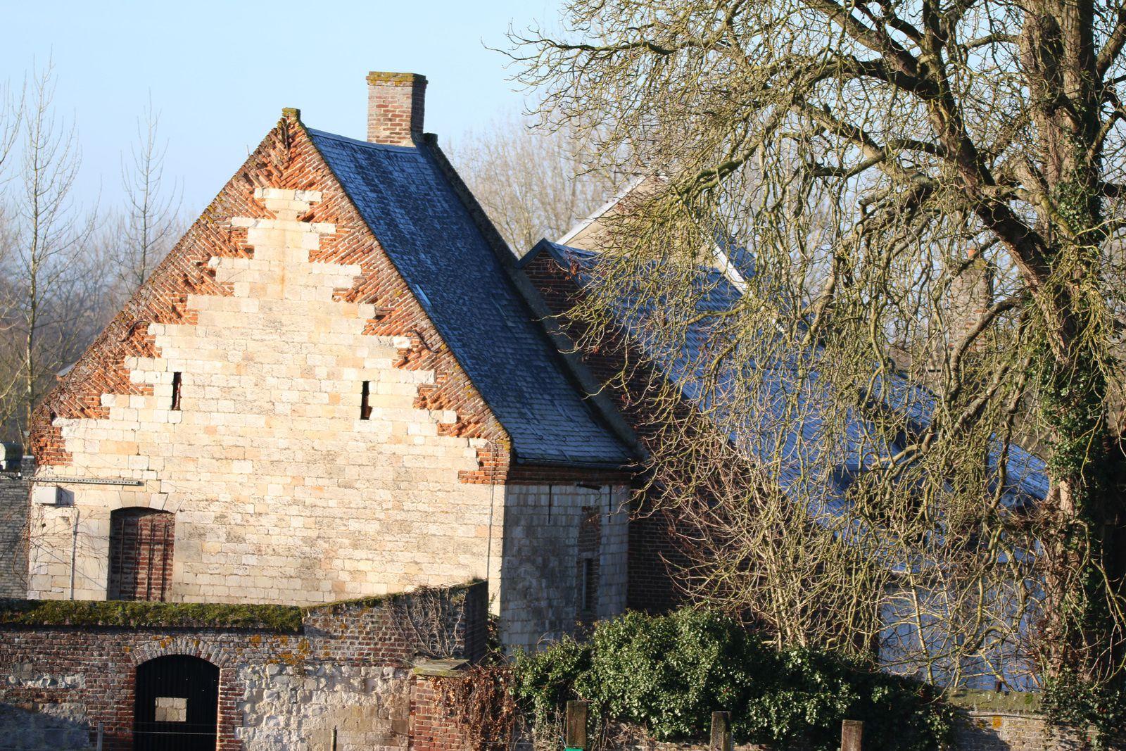 Deux belles et très anciennes bâtisses, chargées d'histoire.