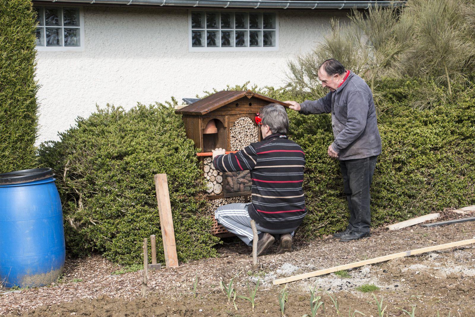 Le scellement assuré, installation du foin dans les pots de fleurs.