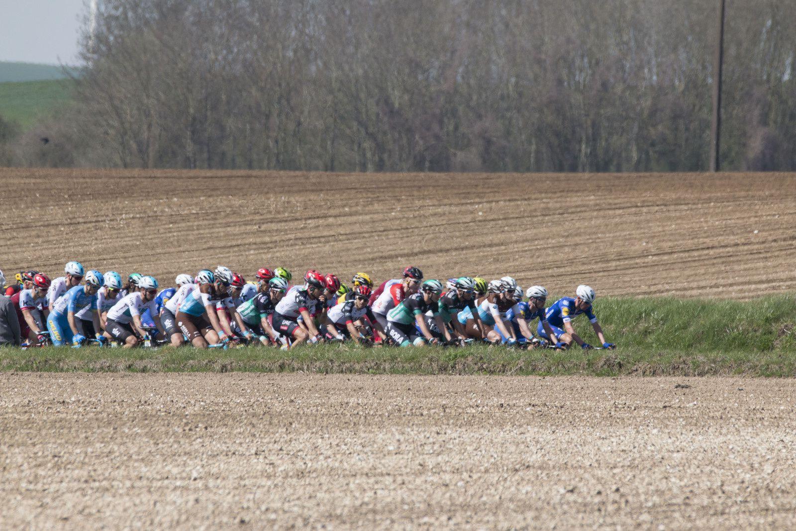 """Paris-Roubaix """"l'enfer des pavés du Nord"""" pour une grande classique cycliste de 257 km."""