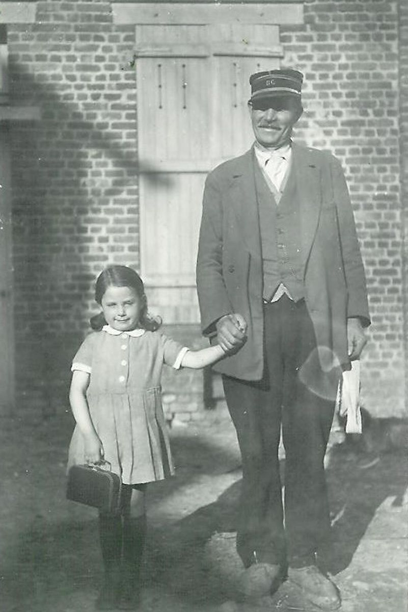 Monsieur Gardet et sa petite fille Micheline, photo prise au Tilloy. Micheline Quennesson est toujours Remaucourtoise, elle est aussi la doyenne du village..