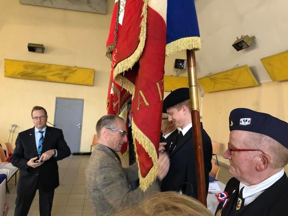 Remise de la médaille de trois ans de porte-drapeau à Timéo Boniface lors de l'Assemblée Générale du Souvenir Français  Timéo est porte-drapeau pour les communes de Lesdins, Omissy et Remaucourt.