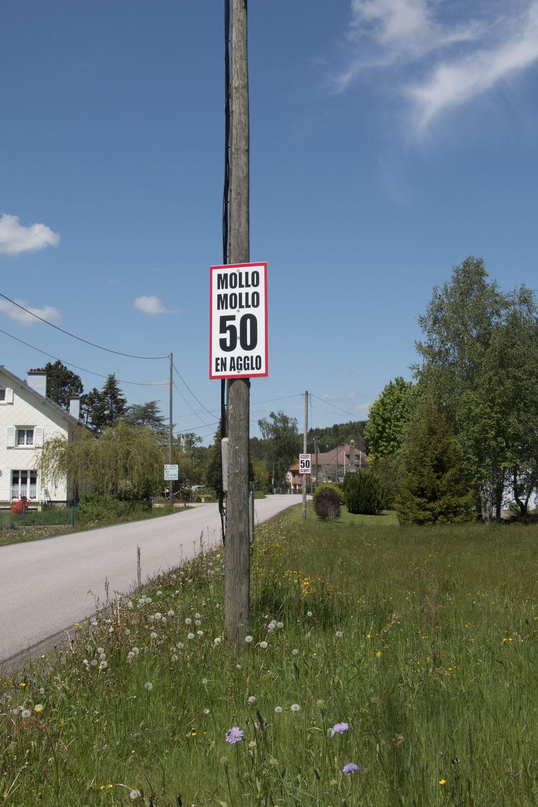 Original le panneau de signalisation.