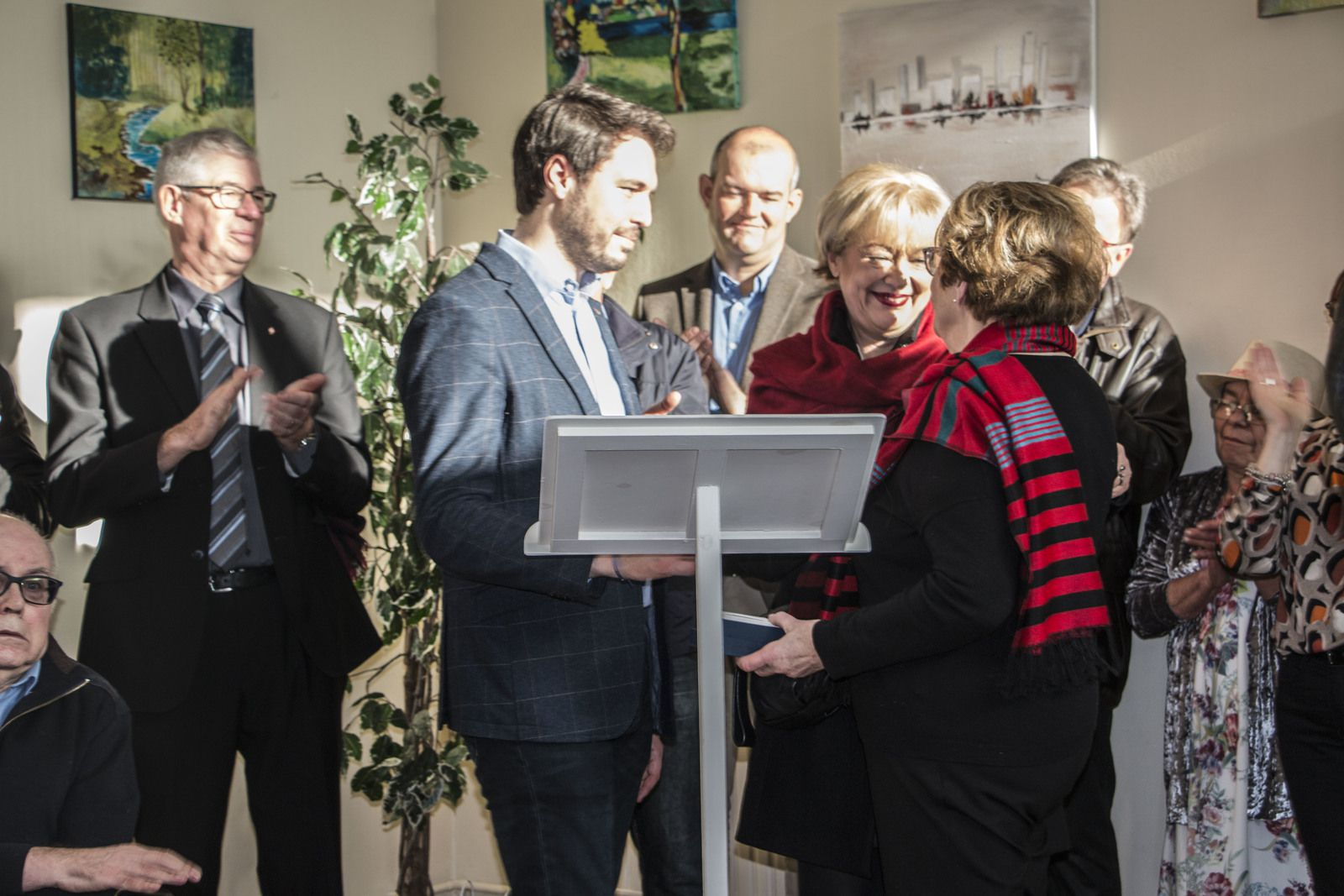 Anne reçoit la médaille du conseil départemental des mains de Thomas Dudebout.
