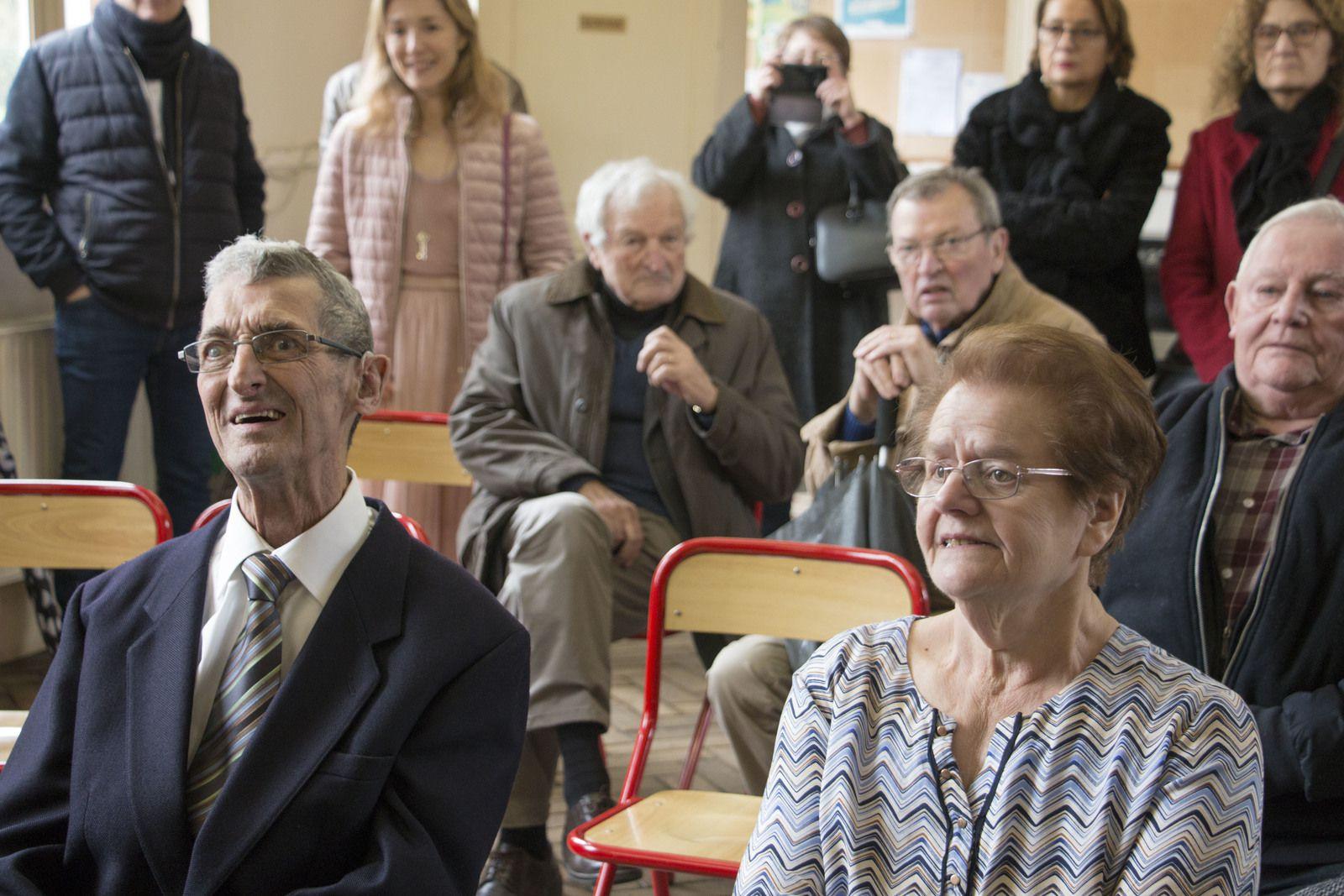 La secrétaire de mairie Karine lit l'acte de mariage du 7 Mars 1970  des époux Corcy.