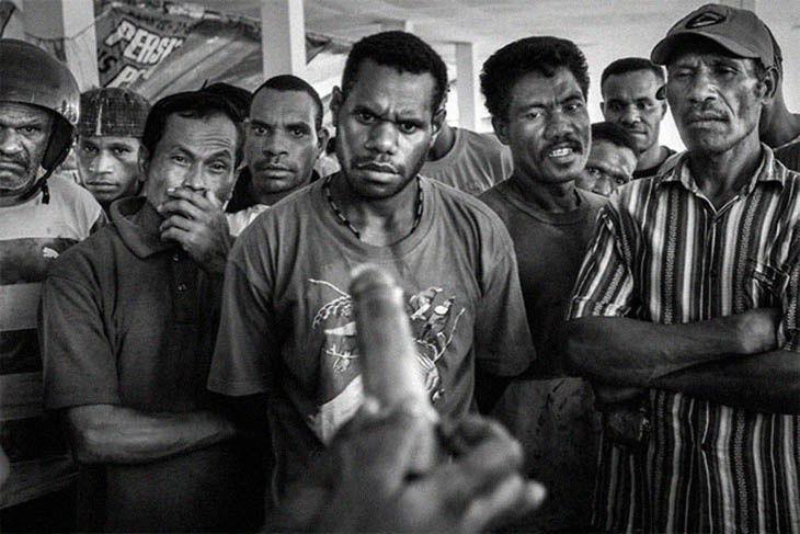 Démonstration de l'usage du préservatif en Papouasie , Jayapura
