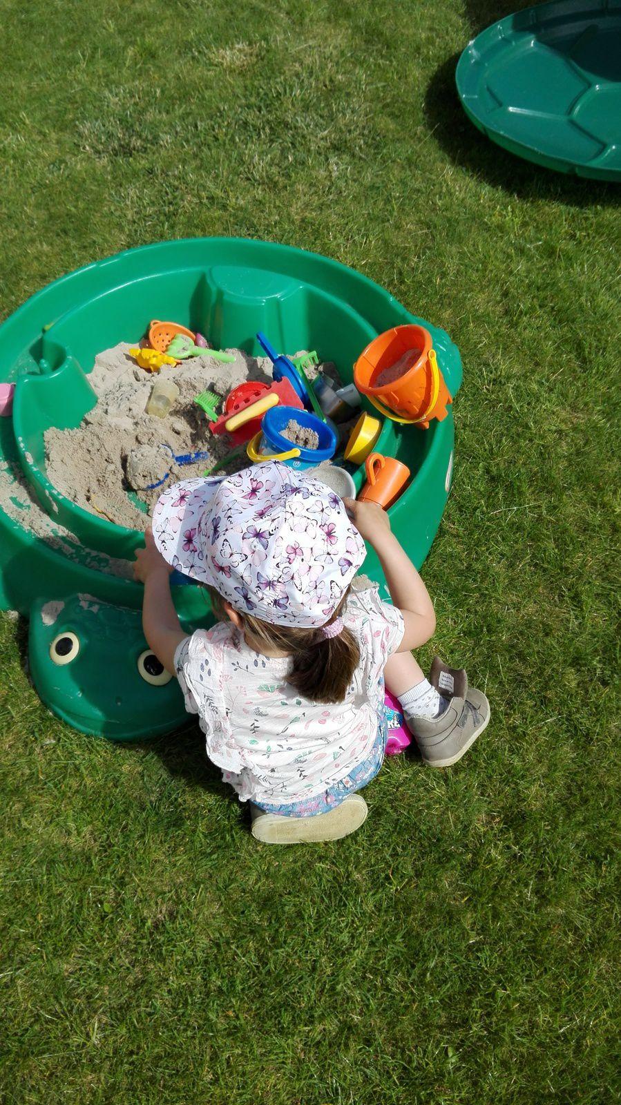 Jouer dans le sable dans le jardin...le bonheur