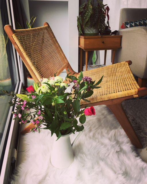 2 choses que j'adore sur cette photo : mon nouveau fauteuil et les fleurs