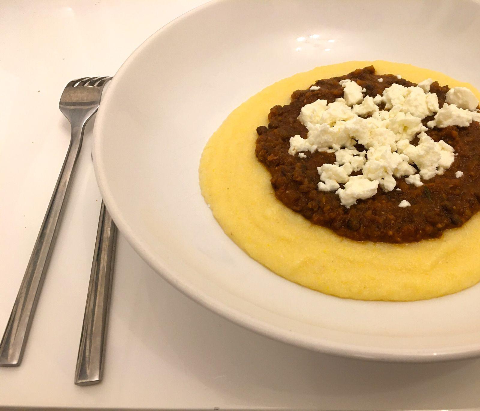 """Polenta, sauce """"bolognaise"""" aux lentilles et feta"""