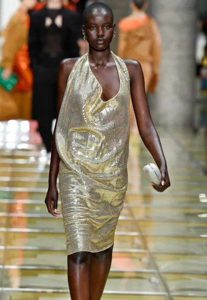 Dresses in oro di tendenza