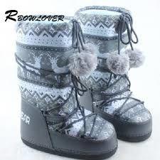 Tous ces souliers et ces bottes rentrent  dans une habitation commune devant chez quelqu'un en hiver.