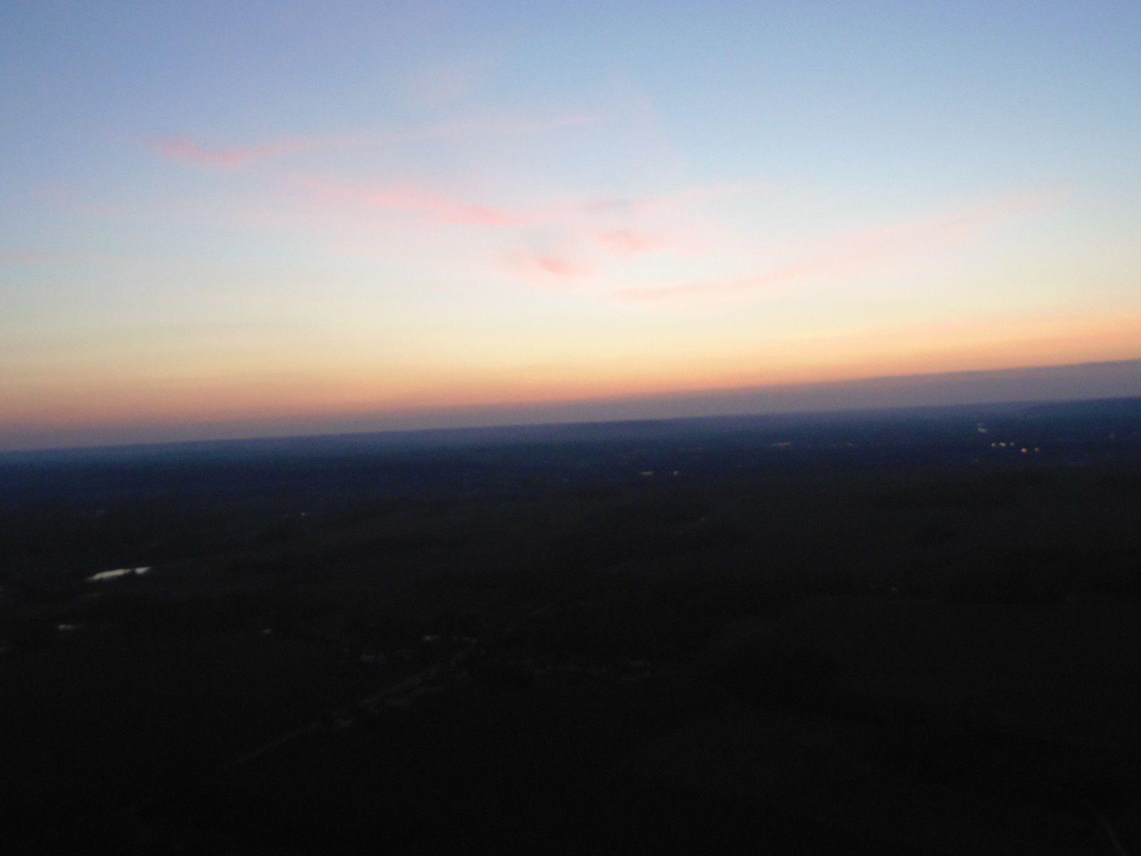 Trop tard pour le coucher de soleil ... Le sol est plus éclairé qu'il n'y parait sur la photo.