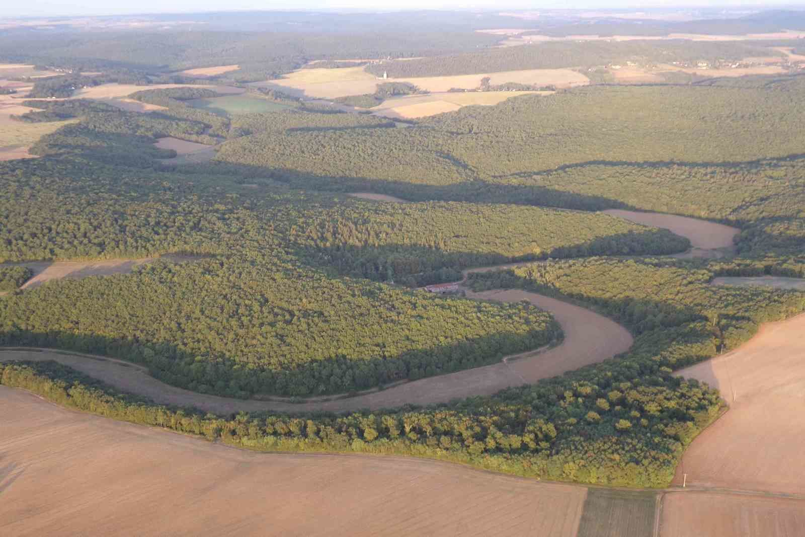 Des méandres où coule (?) coulait (?) une rivière.