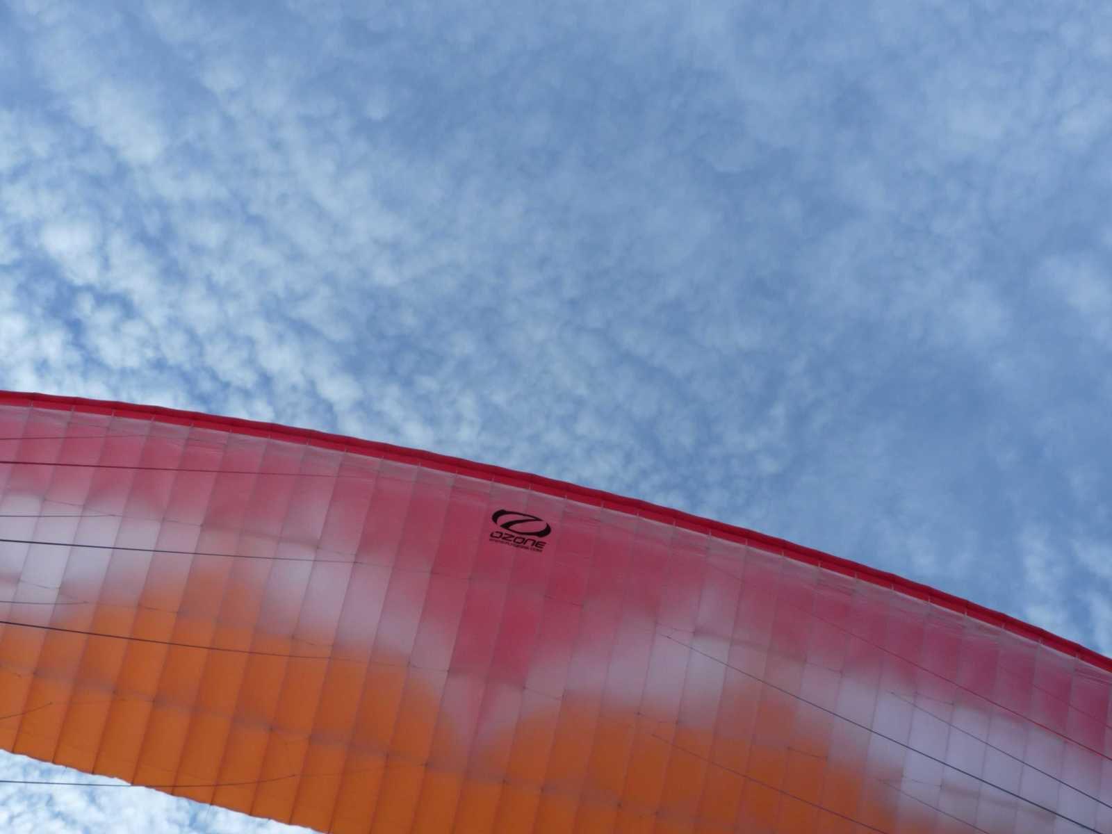 Un peu de ciel bleu apparait au dessus de ma voile.