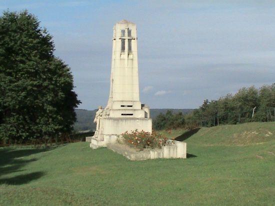 il occupe l'emplacement de la mairie de l'ancien village disparu.  Sa forme évoque un obélisque tronqué dont le sommet, ouvert sur quatre faces, symbolise la lanterne des morts.