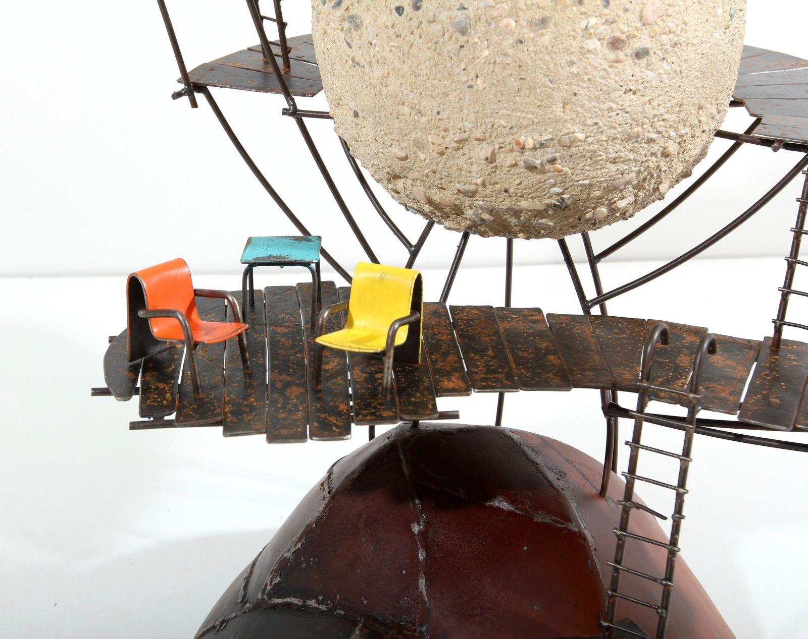 POP. h: 77cm. métal, béton, lettrage dibon, peinture.