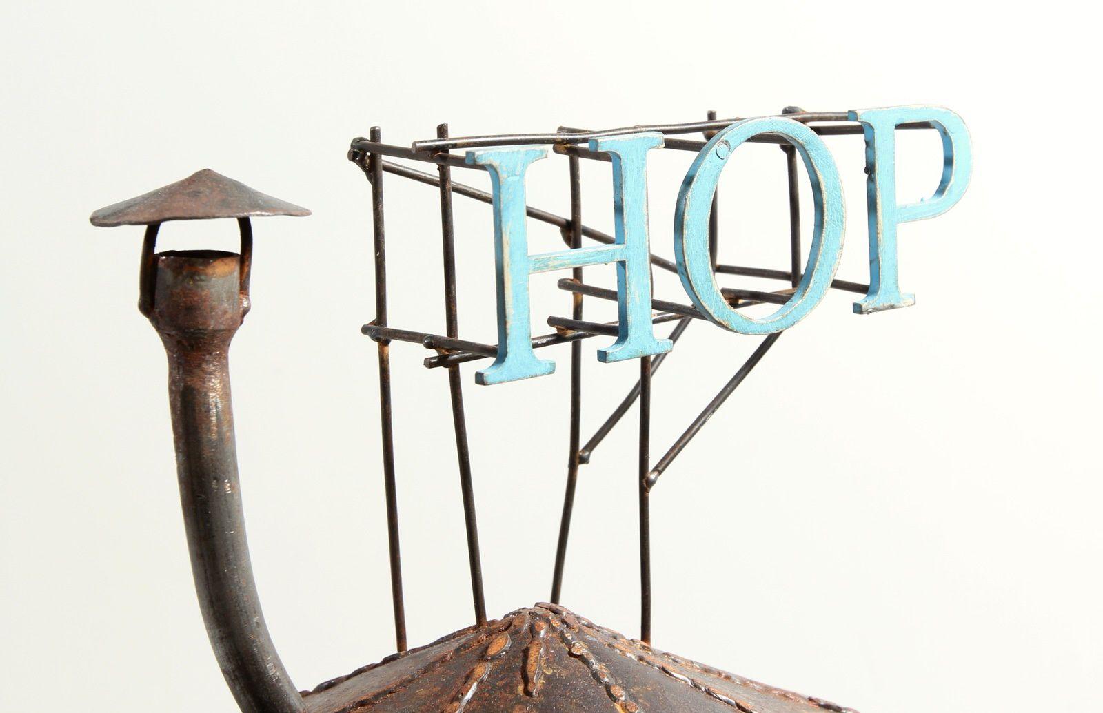 HOP  acier patiné et peint. h: 72 cm.
