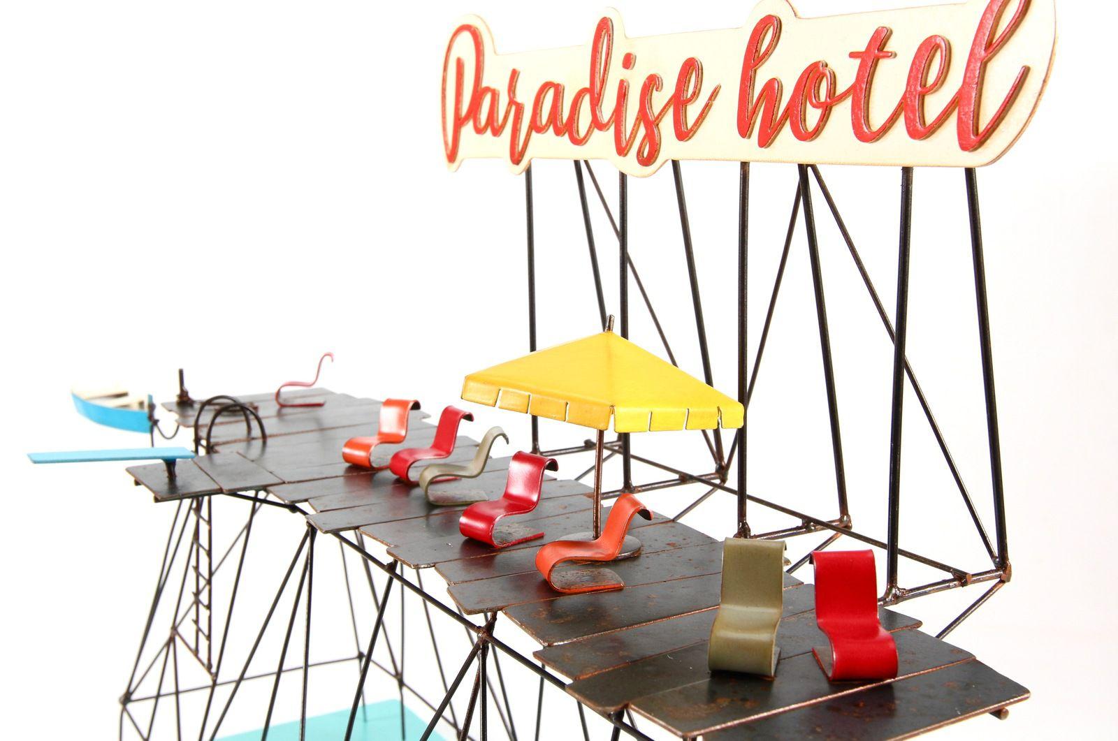 A deux en couleur, h : 84 cm. Paradise hotel, L : 61 cm